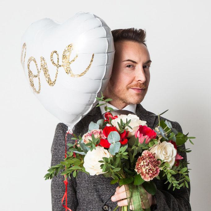 Sposo con bouquet di fiori