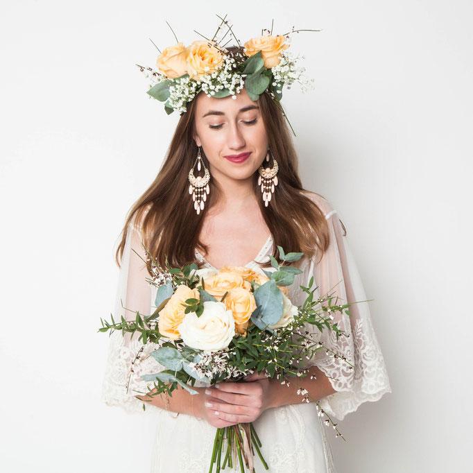 Giovane sposa con bouquet di fiori