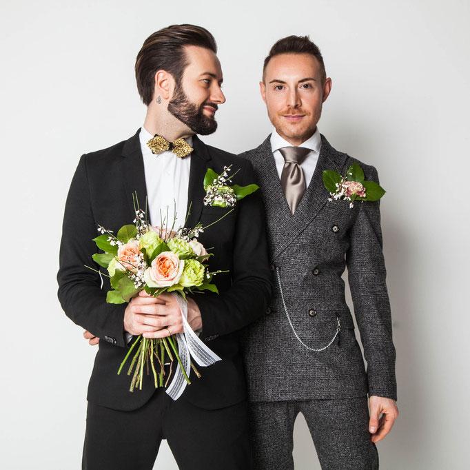Coppia gay con bouquet di fiori