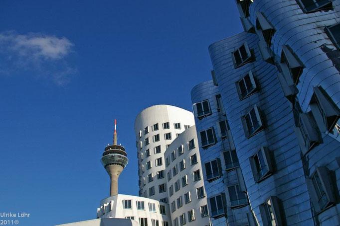 Gehry Bauten und Rheinturm