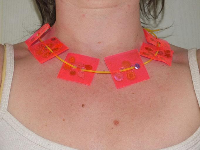 """collier en fil de scoubidon et """"perles"""" carré réalisées par les enfants avec des strass collés entre 2 morcaeux de papier plastifiés adhésif, pour la fête des mères"""