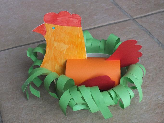 Poule de Pâques en rouleau de papier WC sur boîte de camembert