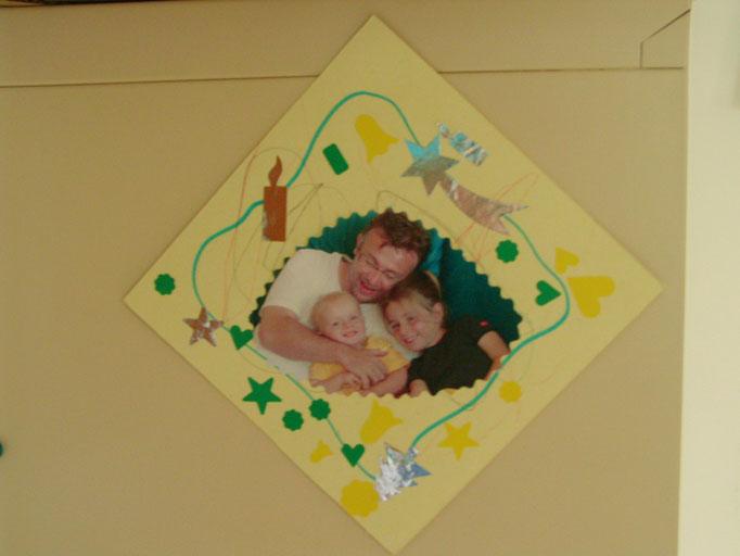Pour la Fête des Pères : cadre en carton épais avec photo personnelle au centre et déco feutre et gommettes
