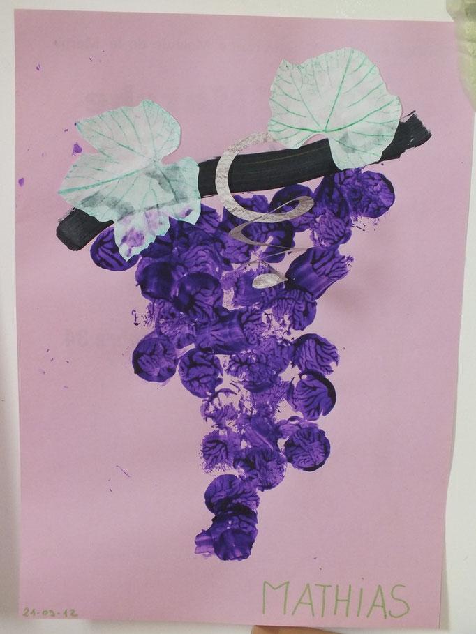 grappe de raisin : peinture au bouchon en liège pour les grains, peinture de la tige, collage de feuille de vigne en papier et craie grasse verte frotter par dessus une vrai feuille de vigne, puis une vrille avec un cercle de papier découpé en spirale