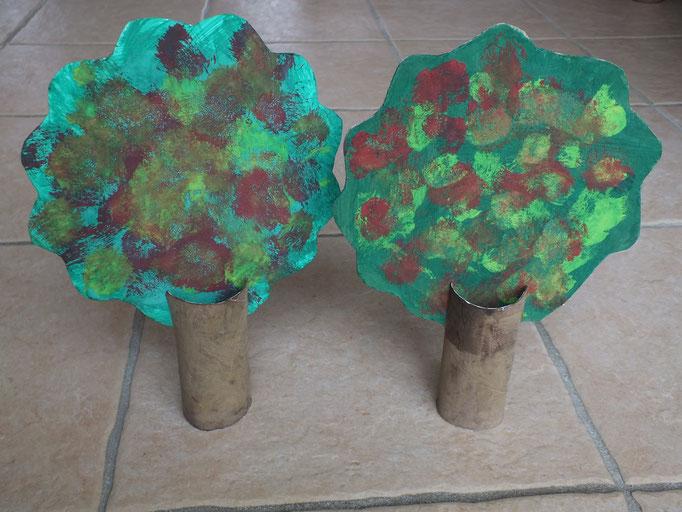 arbre aux couleurs de l'automne en peinture, avec rouleau de papier WC et carton