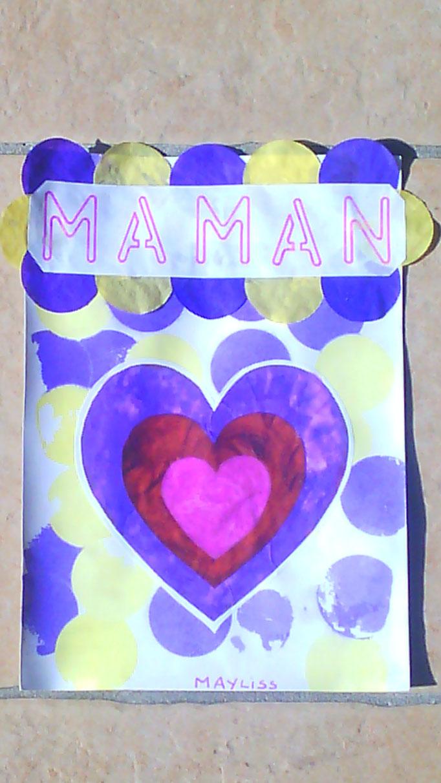 """carte fête des méres : superposition de coeurs peints par l'enfant, sur fond coloré par """"décoloration"""" de papier de soie avec de l'eau."""