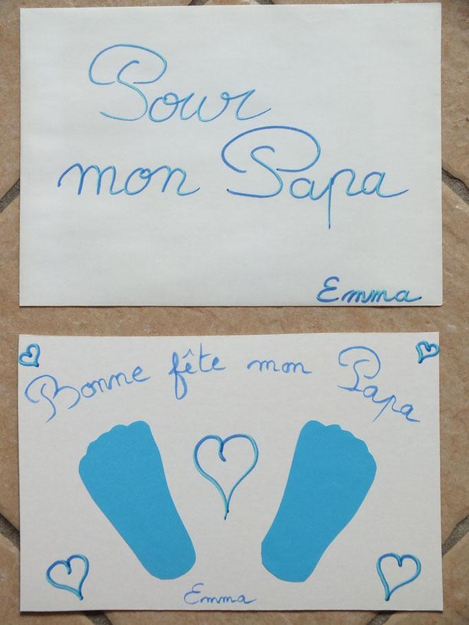 empreintes des pieds de bébé en papier coloré, collé sur carton, pour la fête des pères