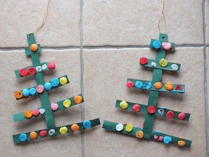 sapin de Noel en lamelles de carton vert décorées de Playmais