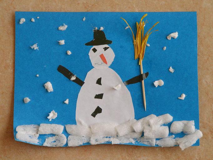 bonhomme de neige : découpage de morceaux de feuille de différentes couleurs, collage en superposition pour décor, et Playmaïs pour la neige