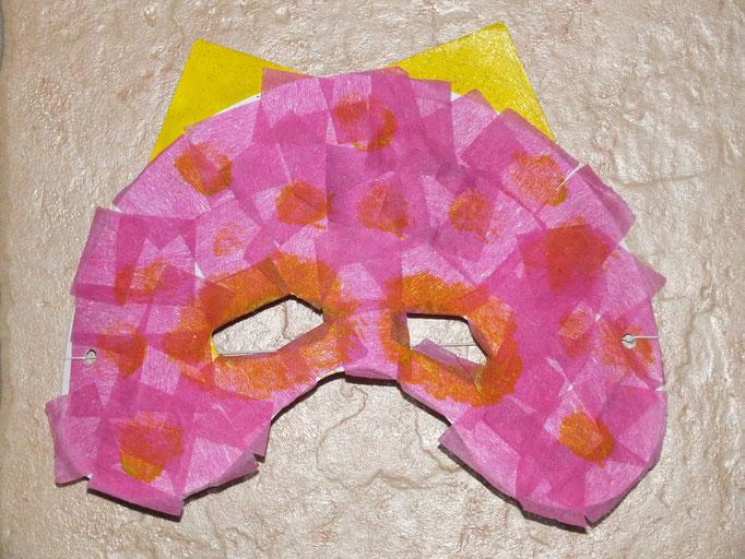 masque à base d'assiette en carton : masque rose : collage de carré de papier non tissé