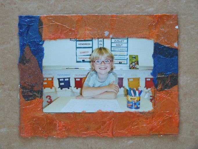 Pour la fête des pères : cadre photo : mélange de 2 papiers de soie, finition paillette (beau cadeau de notre fils de GS maternelle)