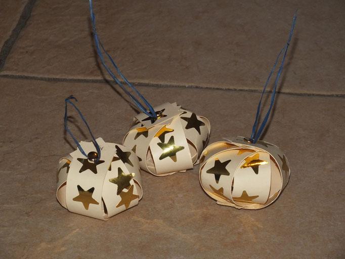 Boule de Noel en lamelles de papier cartonné et 2 attaches parisiennes