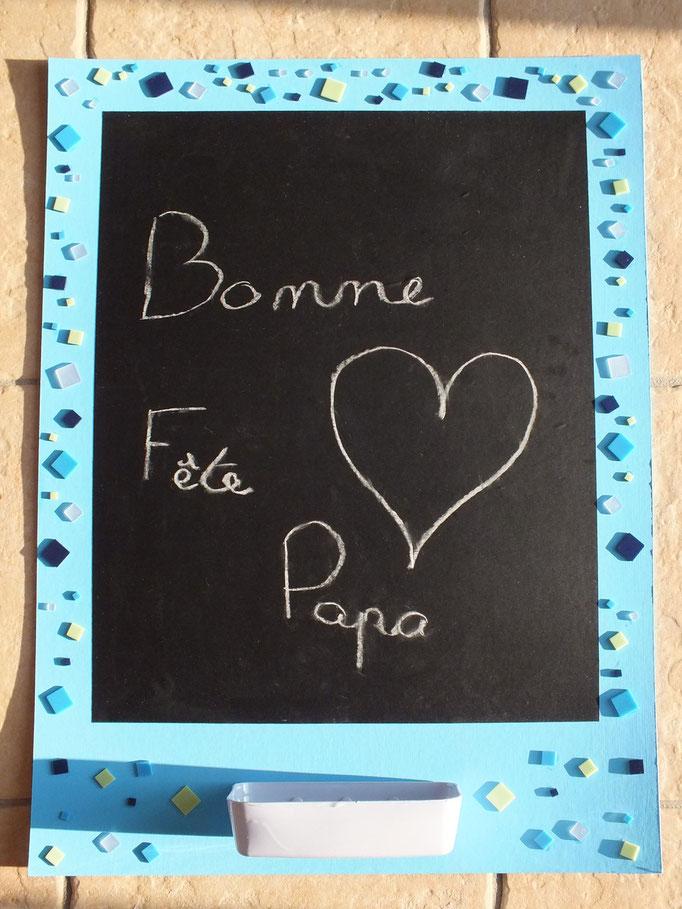 """Tableau à craies : sur grand carton peint sur le contour, coller feuille adhésive """"tableau noir"""", puis déco avec des carrés mosaiques et accrocher un porte craies avec des attaches parisiennes"""