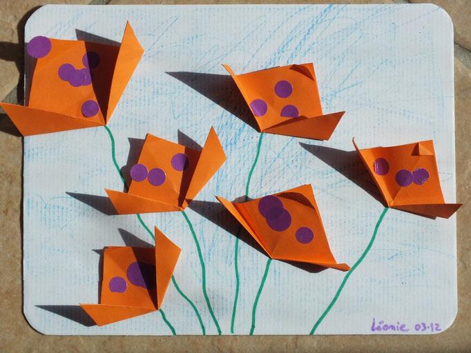 pour les plus petits, collage de tulipes en pliage papier et décor en gommettes