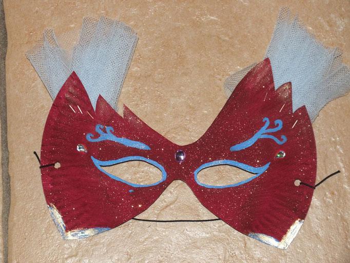 masque à base d'assiette en carton : peinture avec paillettes sèches mélangées, strass et dentelle agraffée
