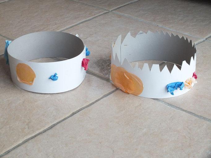 """couronne des rois en carton agrafé, décoré par les enfants avec du papier crépon en """"boulette"""" et des gros confettis, collés avec colle naturelle (mélange à chaud de farine, eau et vinaigre blanc, mis au pinceau par les enfants)"""