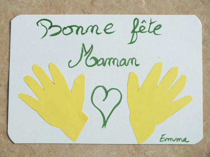les empreintes des mains de bébé en papier coloré sur carton pour la fête de mêres