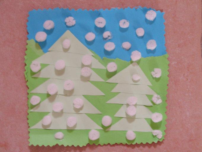foret de sapins sous la neige : découpage de morceaux de feuille de différentes couleurs, collage en superposition pour décor, et Playmaïs pour la neige