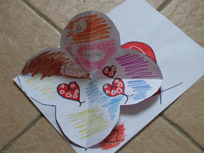 Pour la Fête des Pères : dessin au feutre + pliage papier en forme de coeur qui s'ouvre en fleure