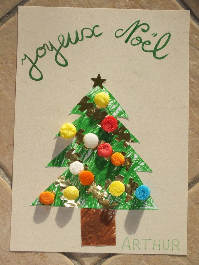 Spin de Noel coloré au feutre par enfant (s'il dépasse, découper ensuite et collé sur beau carton) guirlandes avec bordures d'une planche de gommette étoiles et boules de Noel en Playmais