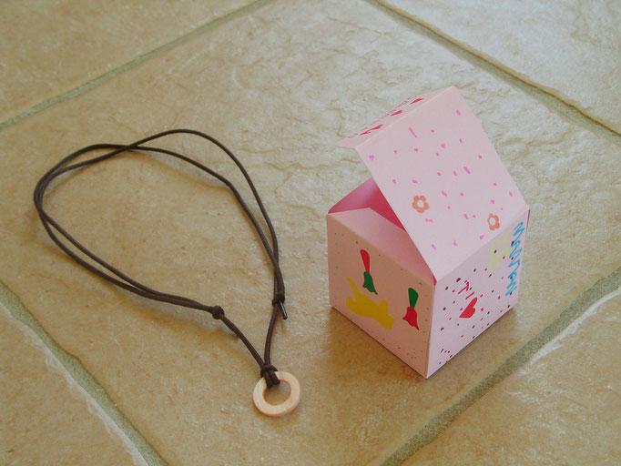 Pour la Fête des Mères : boîte décorée pour colier avec 1 lacet et 1 belle perle