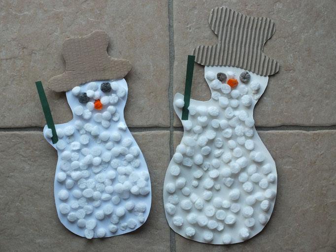bonhomme de neige en carton, recouvert de Playmais blanc pour faire la neige
