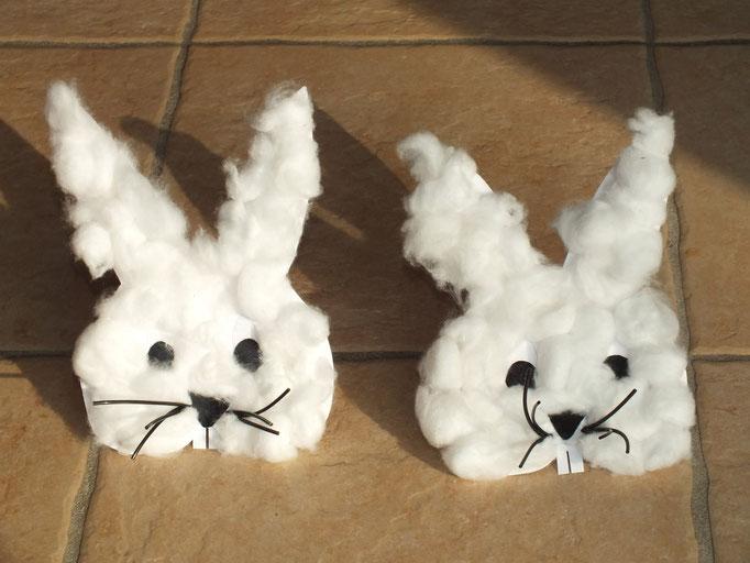 Lapin blanc de Pâques : forme découpée et pré-encollée par un adulte, l'enfant fait de petites boules de coton et les place partout sur le carton