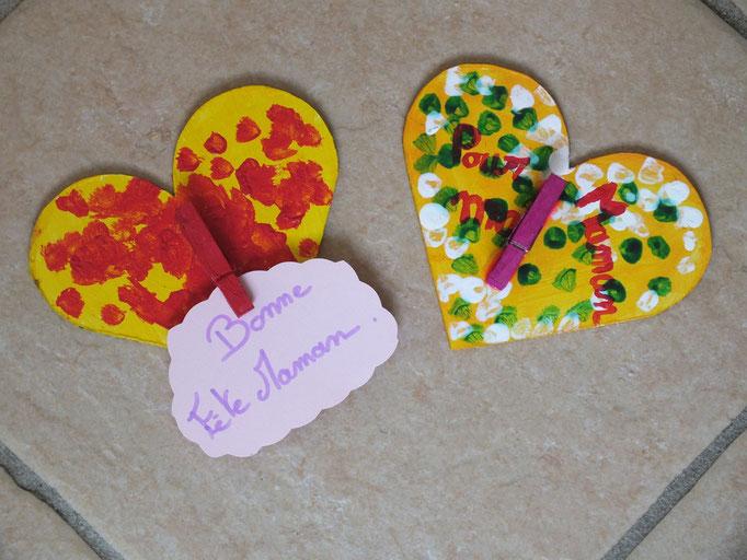 Pour la fête des Mères : coeur découpé dans carton épais, peint par l'enfant, et collage d'une pince à linge en bois peinte par l'enfant (une photo peut y être mise)