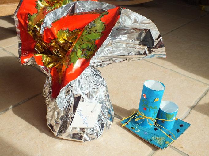 Pour la Fête des Pères : porte crayon en rouleau papier WC coller sur plaque de carton, puis mis en peinture et déco avec paillette, raffia...