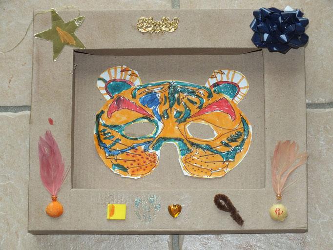 dessin de masque de tigre, mis dans une boîte de chocolats pour faire un cadre
