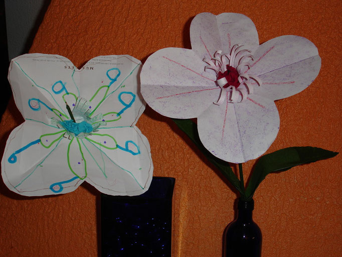 """fleur en pliage papier, étamine en frange de papier, """"coeur"""" en boule de papier crépon et tige de baton en bois recouvert de papier crépon vert"""