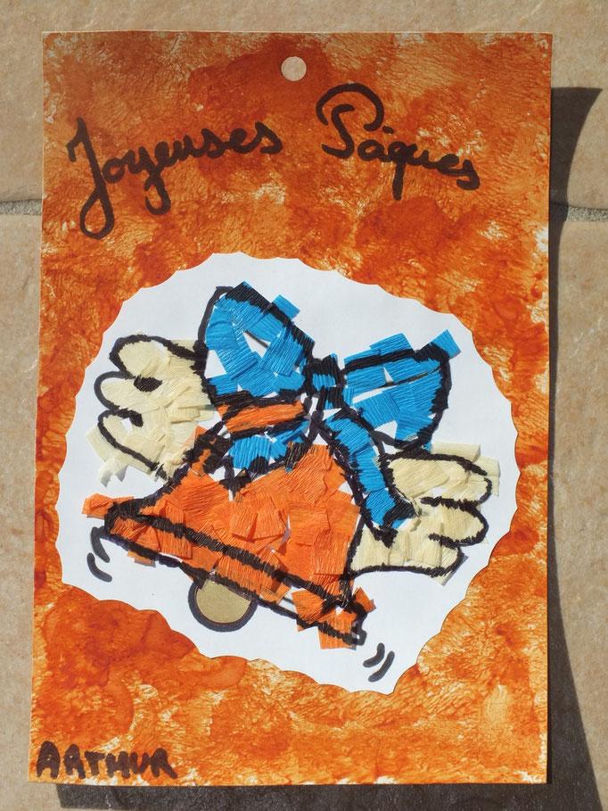 dessin de clôche de Pâques encollée, collage par l'enfant de morceaux de papier crépon, le tout collé sur un carton peind par l'enfant