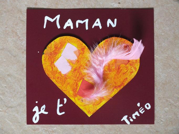Pour la fête des Mères : coeur découpé dans carton épais, peint et décoré par l'enfant, puis collé sur carton coloré