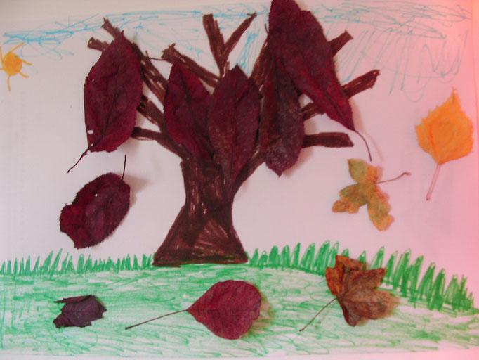 arbre et décor au feutre et collage feuilles sèches
