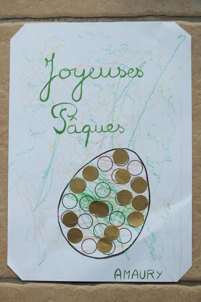 préparer un dessin de Pâques avec les emplacements des gommettes, découper une fois terminé puis coller sur feuille cartonnée coloriée par l'enfant