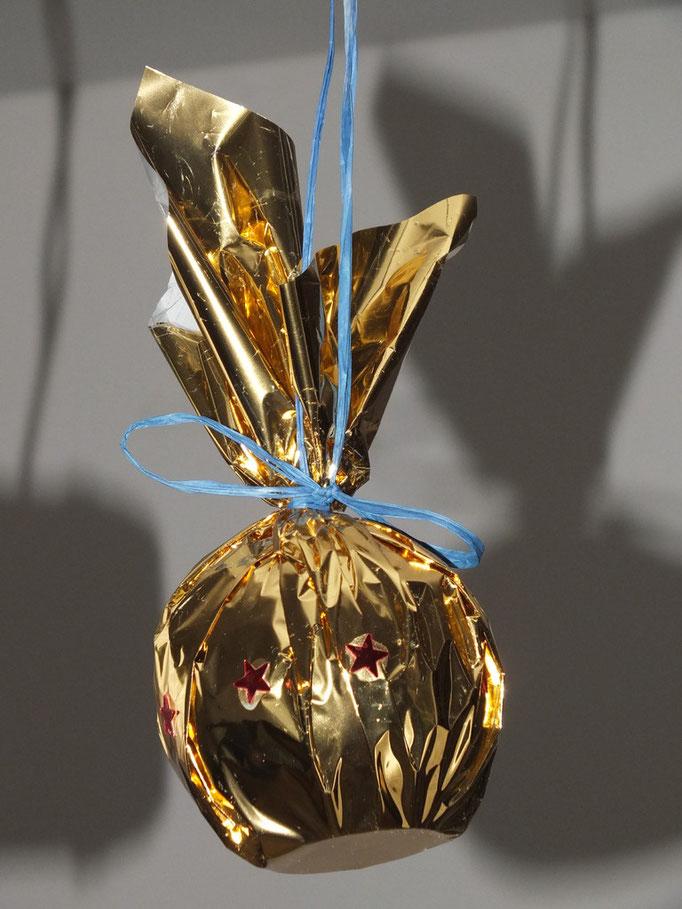 Boule de Noel : récupéraion de forme en plastique (boîte de chewing gum, ou boule de laissive...), recouvert de papier doré et collage de paillettes