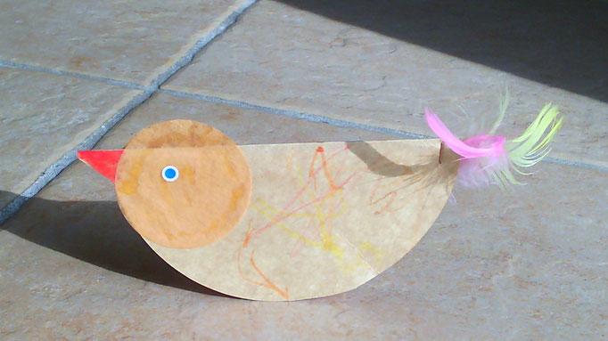 poule avec rond en carton colorié par l'enfant, puis plier en deux et agrafer avec des plumes