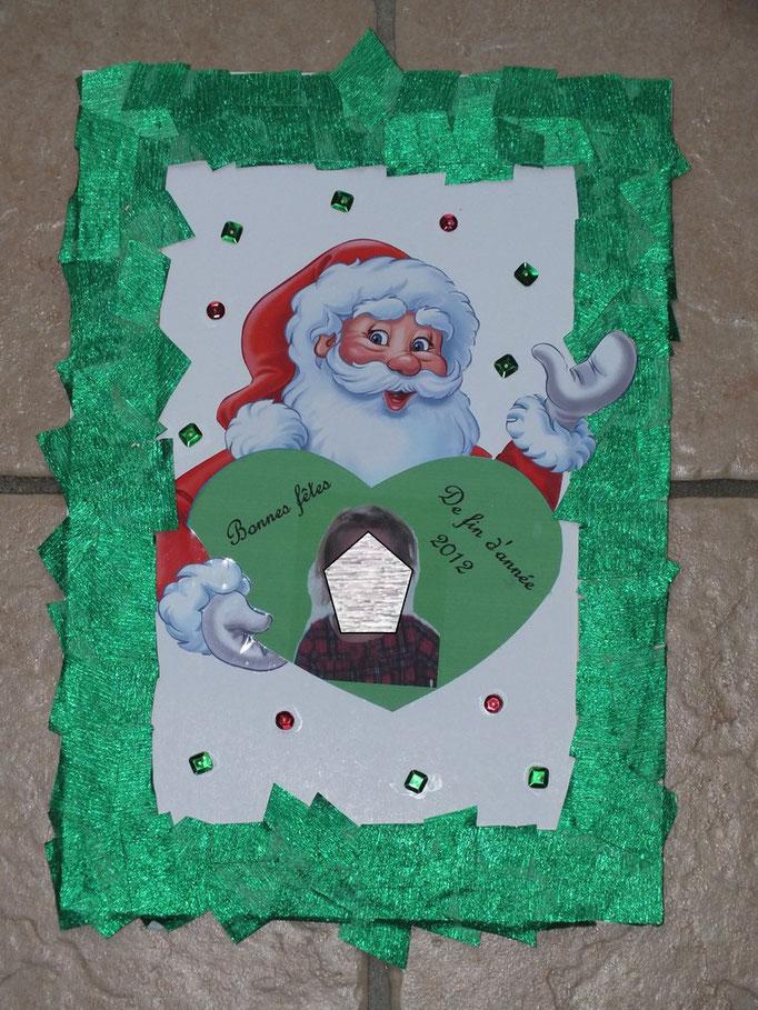 Cadre Père Noel (dessin venant d'un calendrier de l'Avent Kinder) décore du cadre par l'enfant par collage de morceaux de papier crépon verts brillants