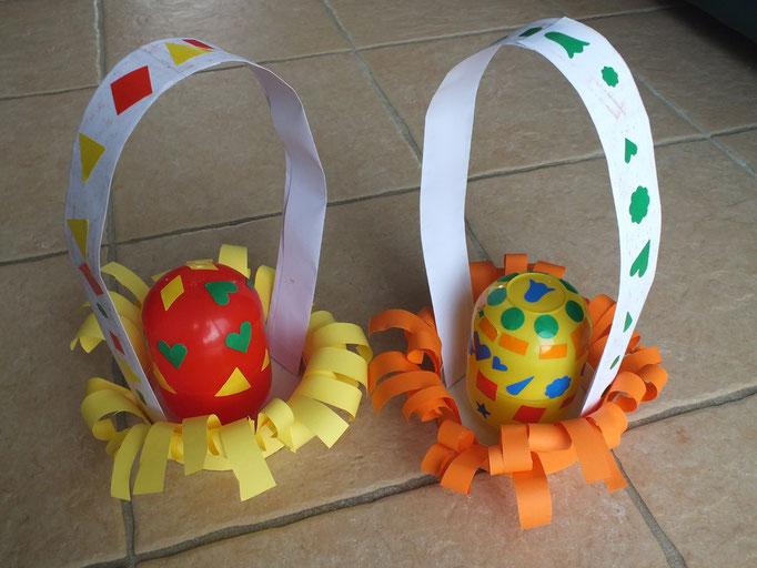 """panier pour oeuf de Paques, à base de gros oeuf """"Kinder"""" décoré de gommettes et une boîte de camembert recouverte de papier """"cisaillé"""""""