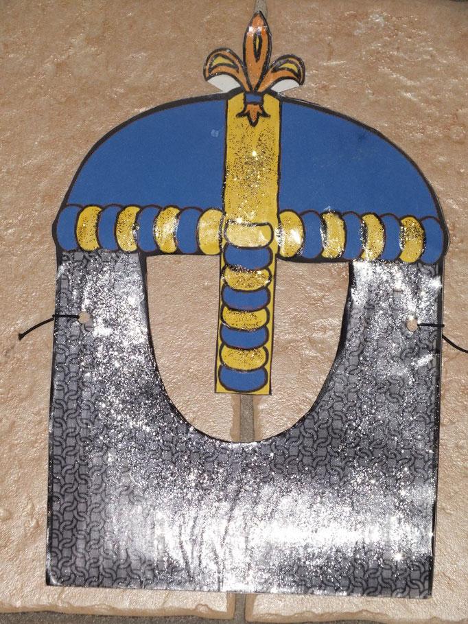 """masque pour chevalier sur un simple carton, avec paillettes pour imiter la """"cotte de maillle"""""""
