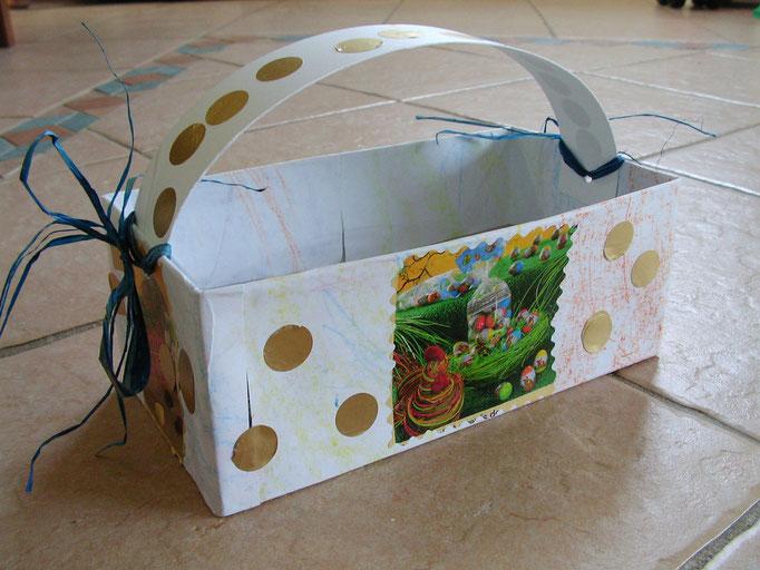 panier de Pâques en boîte à mouchoir recouverte de feuilles blanches décoréses