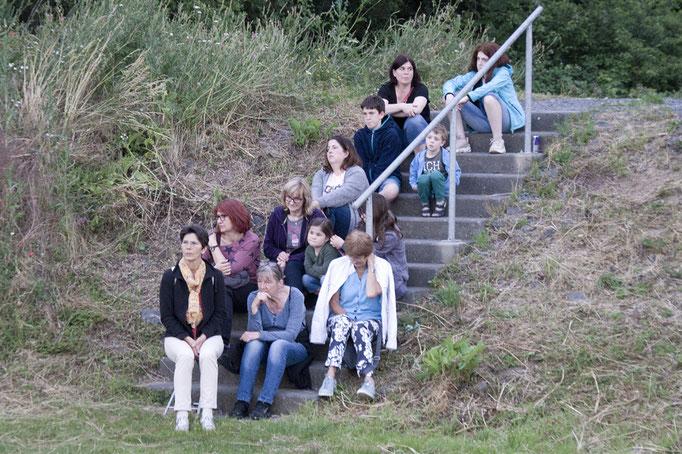 Am Regenrückhaltebecken konnte  jeder einen  Sitzplatz bekommen