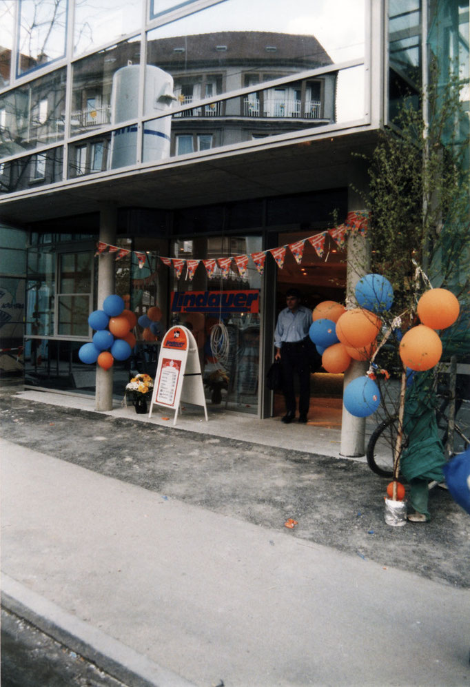 Der Neubau in der Bahnhofstraße 66, mit Bistro und neuem Laden, im Jahr 1997. Foto: Metzgerei Lindauer GmbH & Co. KG