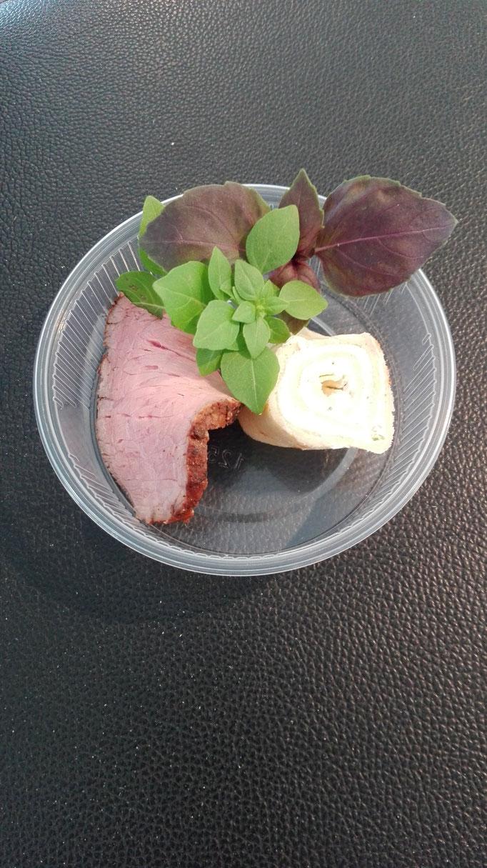 Das fertige Produkt: Roastbeef vom hessischen Weiderind mit Grüne-Soße-Frischkäsecreme im Creperöllchen