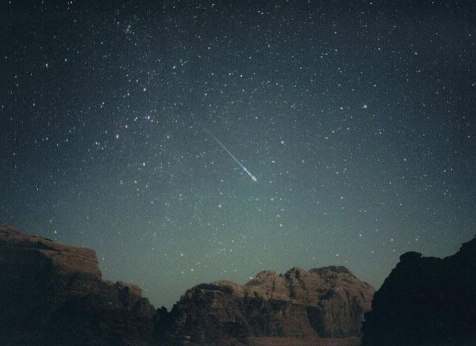 3月号表紙 「流星に祈る~砂漠のおうし座流星群」 撮影地 ヨルダン by駒沢満晴