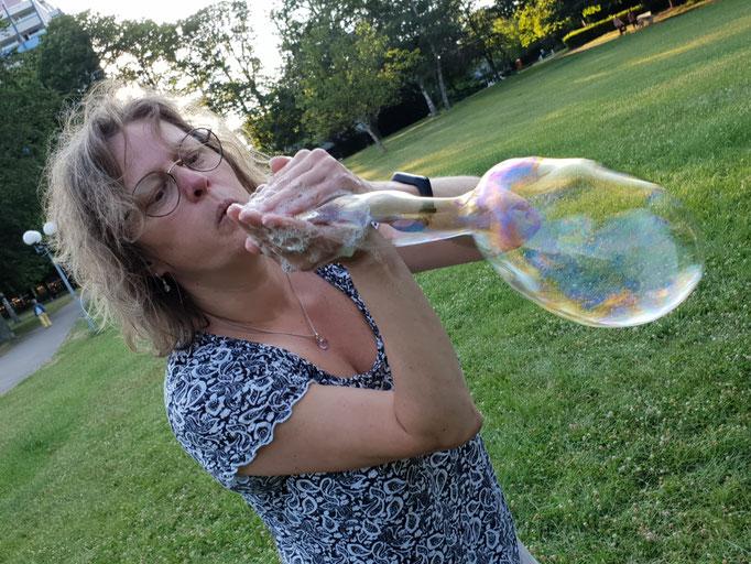 Eva mit Seifenblasen
