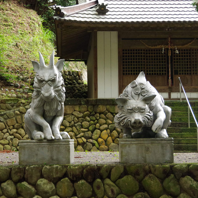 Japanese serow and Wild Pig イノシシ像とカモシカ像