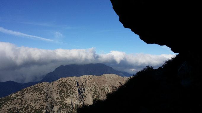 """28.10.17 Foto © Italo Macis: Aufgenommen am Berg Zaranokefa'la , über Agios Ioannis Sfakion, in den Weißen Bergen Kretas, nahe der Quelle """"Zarani """", in 1900 m Höhe. Direkt unterhalb die Eligias Schlucht, vor den Bergen im Hintergrund die Samaria Schlucht."""