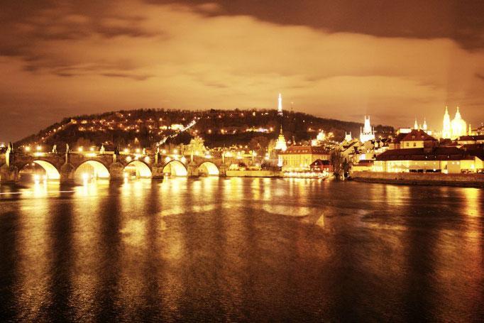Kalrsbrücke bei Nacht