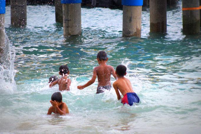 Spielende Kinder auf Gili Air